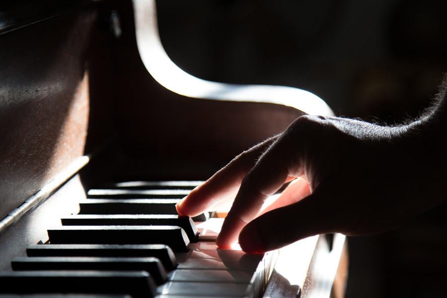 作曲の方法を説明する為にピアノを弾く人